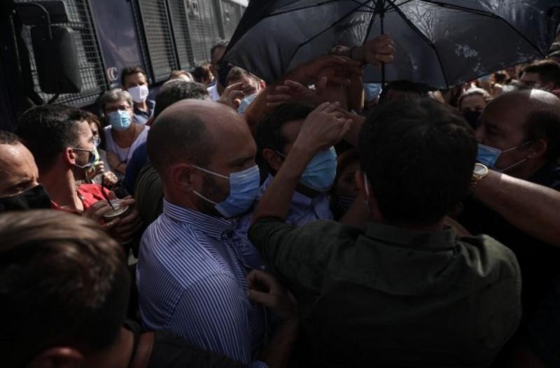 Πέταξαν μπουκάλια με νερό στον Αλέξη Τσίπρα κατά τη διάρκεια της Δίκης της Χρυσής Αυγής