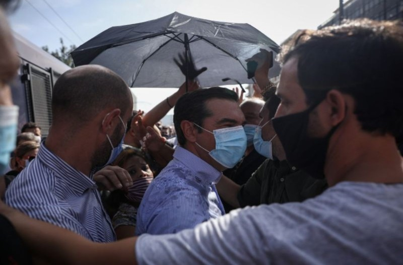 Επίθεση στον Αλέξη Τσίπρα έξω από το Εφετείο - Του πέταξαν μπουκάλια με νερό