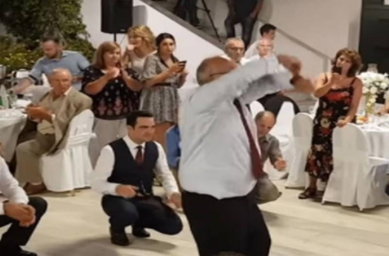 Τυφλός άνδρας σηκώνεται να χορέψει βαρύ ζεϊμπέκικο σε γάμο - Σε λίγα δευτερόλεπτα η νύφη και ο γαμπρός έπαθαν