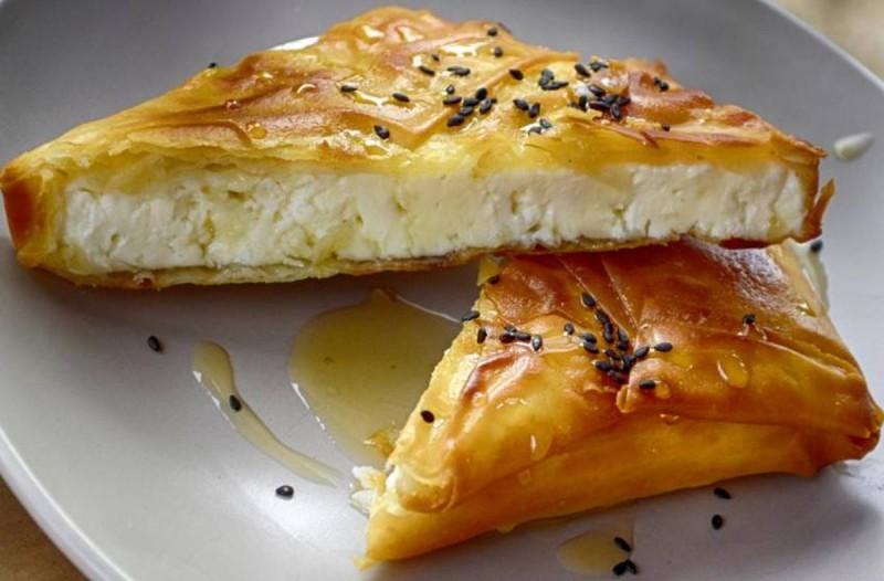 Τυρόπιτα με τέσσερα τυριά, ιδανική για πρωινό ή τραπέζι