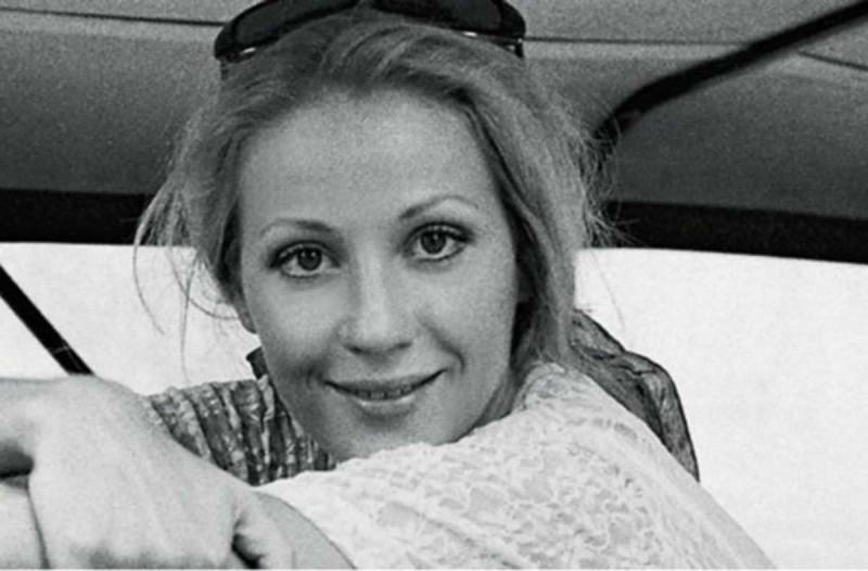 Σπάνια φωτογραφία της Ζωής Λάσκαρη στο διαμέρισμά της στο Κολωνάκι