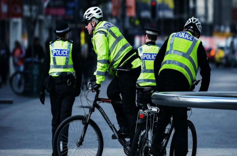 Τρόμος στην Αγγλία: Συνελήφθη ένοπλος έξω από σχολείο