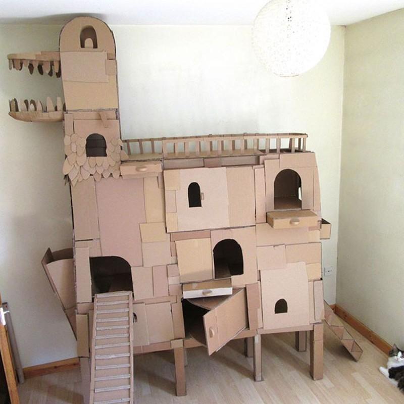 Δεν άτεχε να βλέπει τη γάτα του να βαριέται και της έφτιαξε έναν τεράστιο πύργο από χαρτόκουτα.