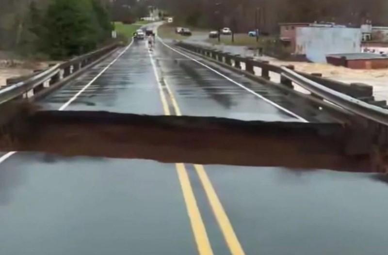 Γέφυρα καταρρέει σε ζωντανή σύνδεση, σχεδόν δίπλα στην δημοσιογράφο! (video)