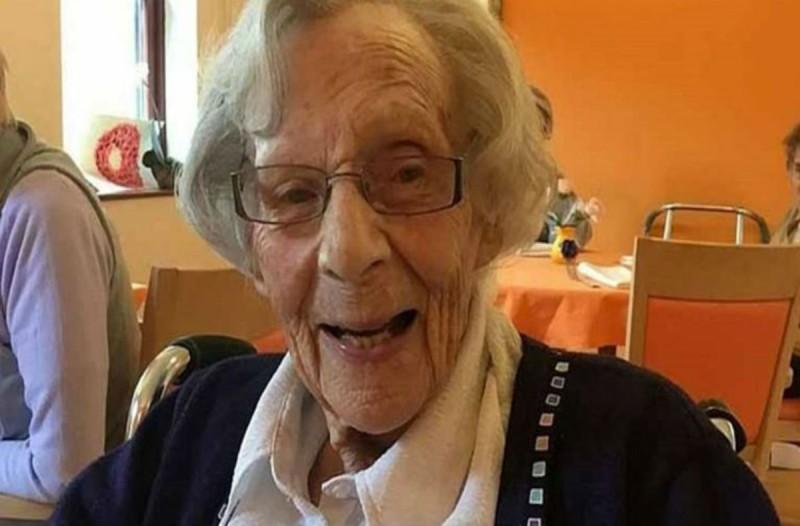 Αυτή η γιαγιά έκλεισε τα 104 - Μόλις δείτε τι ευχή έκανε σβήνοντας τα κεράκια θα πάθετε πλάκα!
