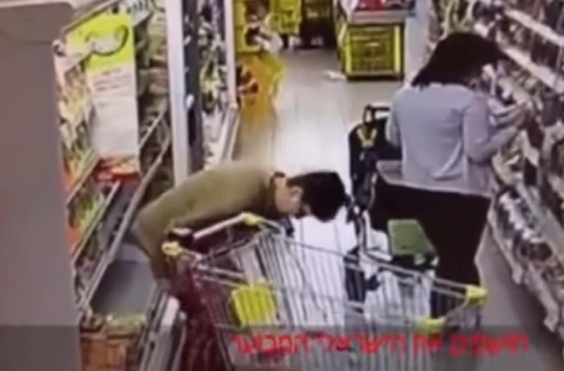 Γυναίκα κατέβασε το εσώρουχό της μέσα στο σούπερ μάρκετ - Αυτό που κατέγραψε η κάμερα θα σας αφήσει άναυδους (Video)