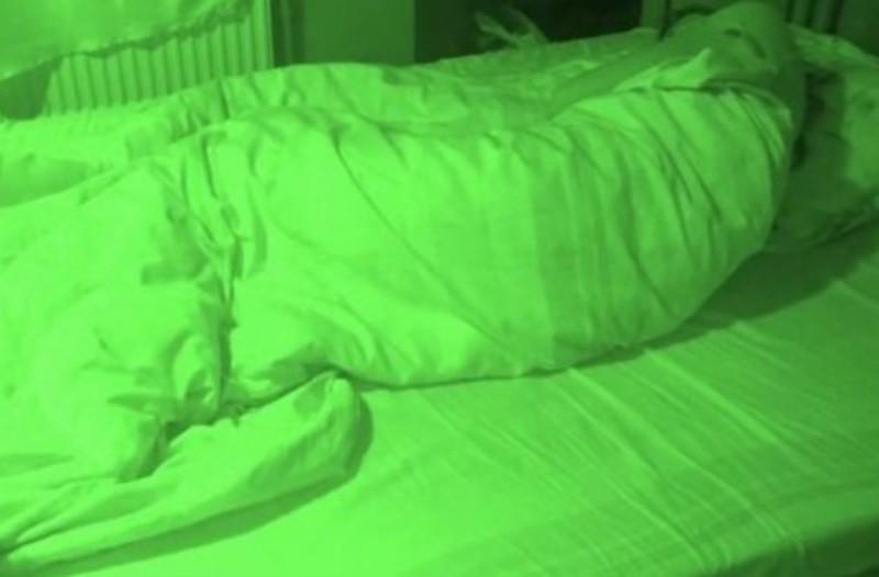 Ένιωθε ενοχλήσεις στον ύπνο και έβαλε κρυφή κάμερα! Έμεινε παγάκι με αυτό που είδε (Video)
