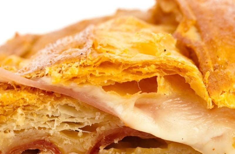 Συνταγή για αλμυρό κέικ ψωμιού με τυρί και ζαμπόν