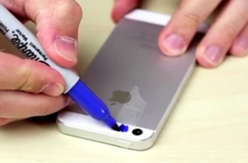 Έβαλε σελοτέιπ στην κάμερα του κινητού και το έβαψε μπλε - Το τι είδε θα σας προκαλέσει αηδία (Video)