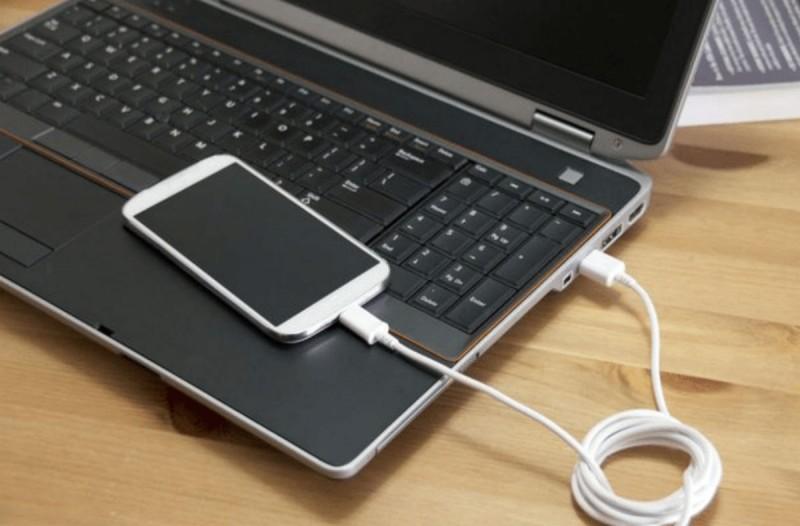 Φορτίζετε το κινητό από τον υπολογιστή; Σταματήστε το αμέσως!