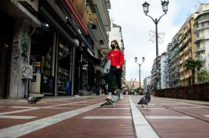 Η φωτογραφία της ημέρας: Απαγόρευση κυκλοφορίας και... κουράγιο