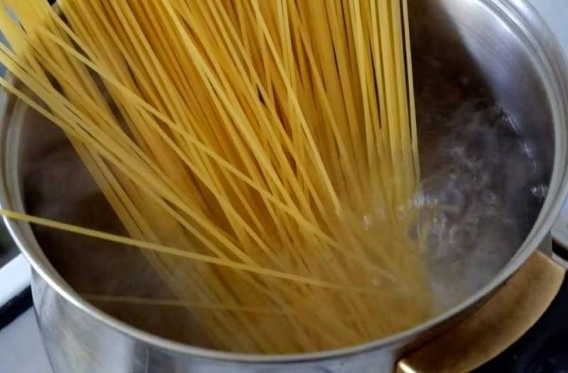 Γιατί οι Ιταλοί δεν σπάνε τα μακαρόνια στο βράσιμο