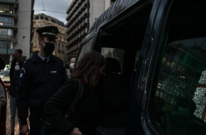 Συγγνώμη Χρυσοχοΐδη για τις συλλήψεις γυναικών στο Σύνταγμα