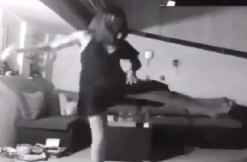 Καμία πίστα και κανένα σπασμένο πιάτο – Χορεύει ζεϊμπέκικο στο σαλόνι της και το διαδίκτυο παραληρεί