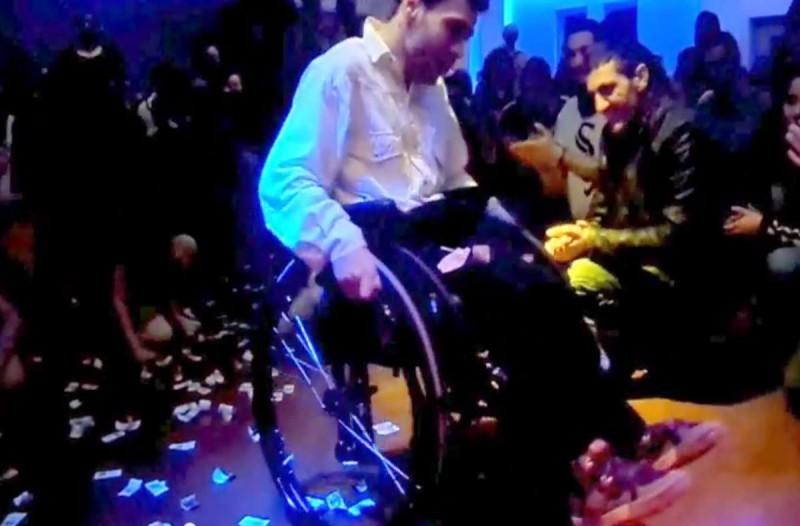 Το ζεϊμπέκικο του Παναγιώτη με αναπηρικό αμαξίδιο που... Σοκ! (video)