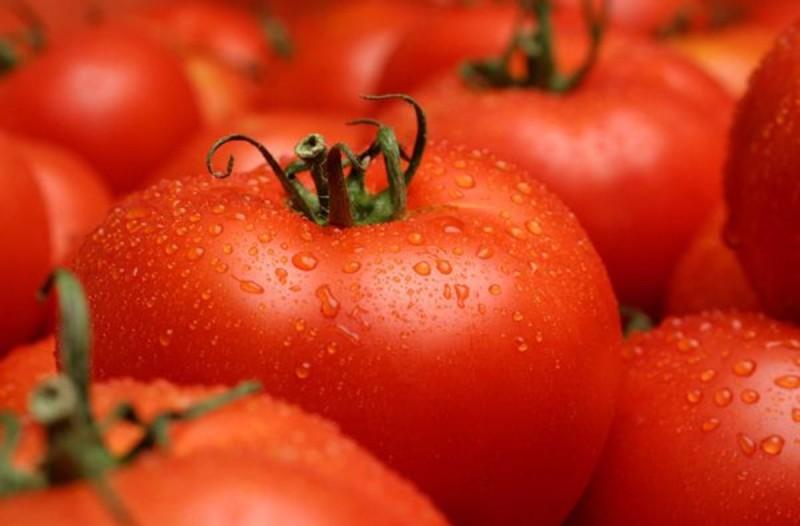 Ντομάτα με παγάκι στο πρόσωπό σας για τέλεια αποτελέσματα