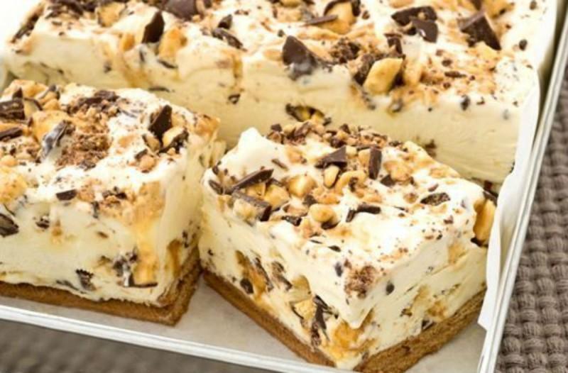 Παγωμένο γλυκό με ζαχαρούχο γάλα και σοκολάτα