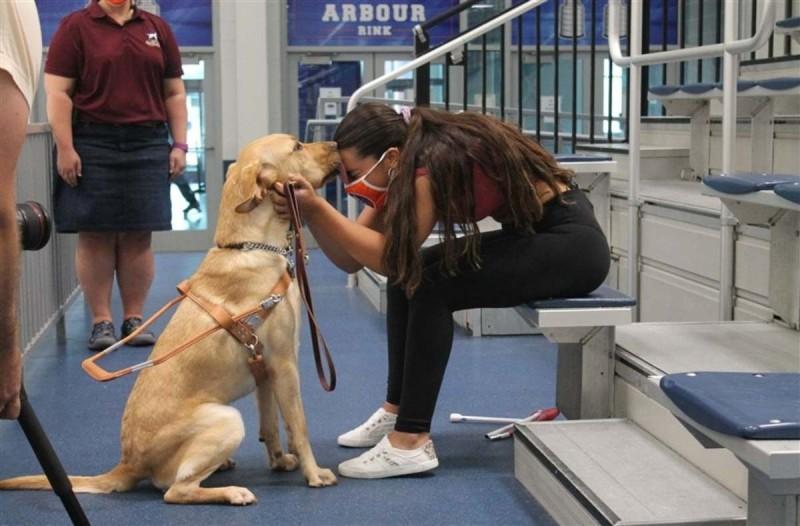 Τυφλή κολυμβήτρια και ο σκύλος της κυνηγούν τους Παραολυμπιακούς