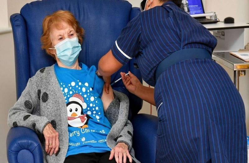 Κορωνοϊός: Ξεκίνησαν οι πρώτοι εμβολιασμοί - 90χρονη το πρώτο άτομο που πήρε την δόση