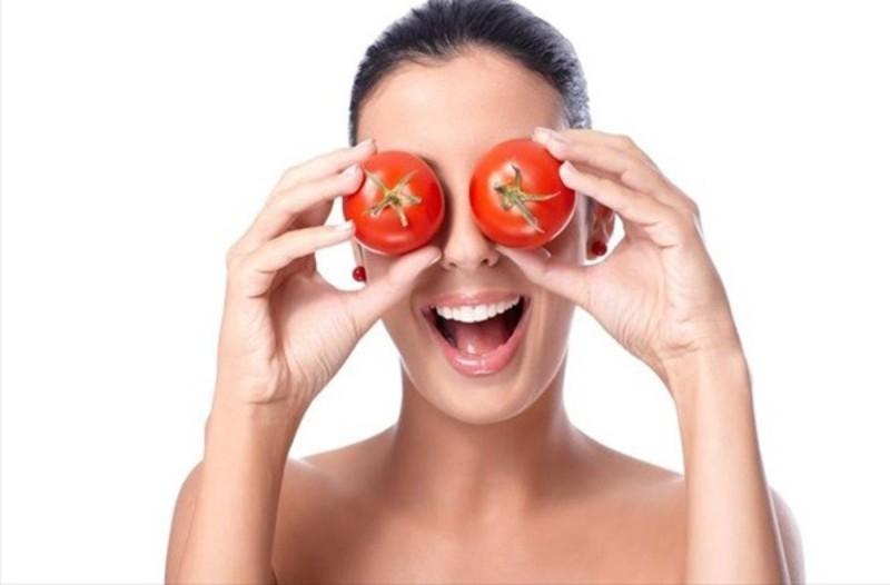 Τι θα συμβεί αν βάλετε ντομάτα με παγάκι σο πρόσωπό σας