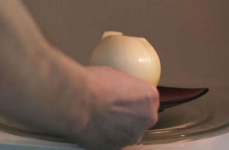 Χύνετε δάκρυα όταν καθαρίζετε κρεμμύδια; Το άγνωστο κολπάκι με το φούρνο μικροκυμάτων (Video)