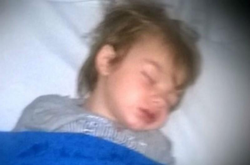 Γονείς έβαλαν για ύπνο τον 3χρονο γιο τους - Αυτό που αντίκρισαν όμως όταν τον ξύπνησαν τους έκοψε το αίμα (Video)