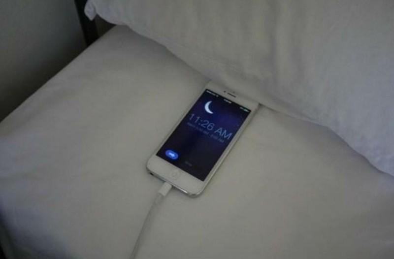 Φορτίζετε το κινητό σας το βράδυ; Σταματήστε το αμέσως!