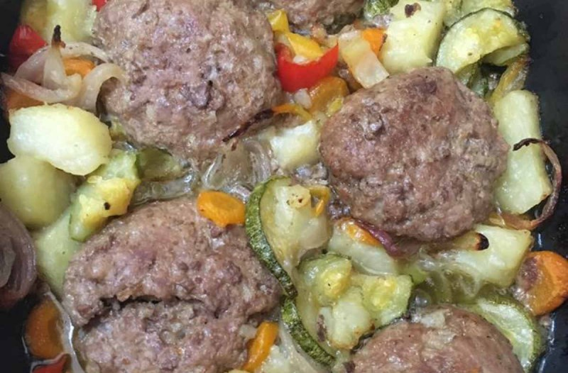 Ζουμερά μπιφτέκια με λαχανικά στη γάστρα