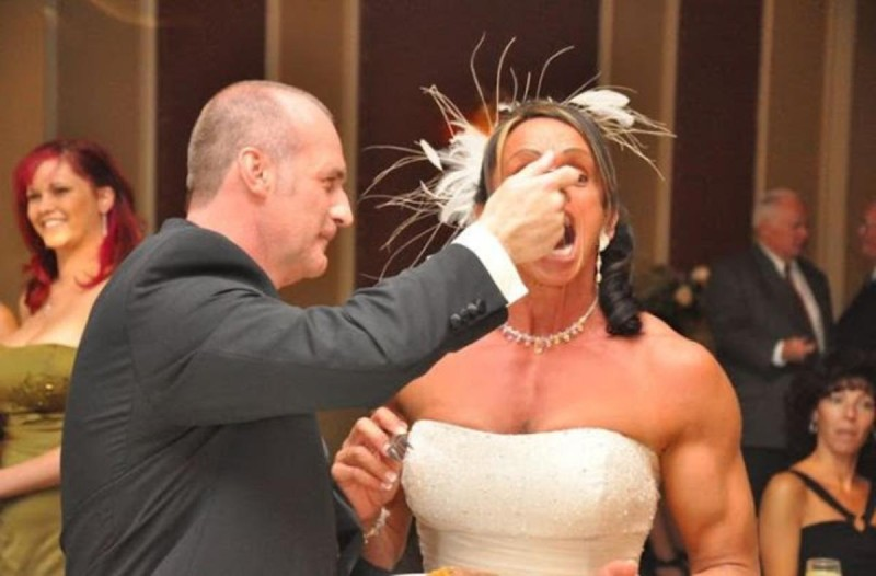Νύφη τρώει γλυκό κατά τη διάρκεια του γάμου