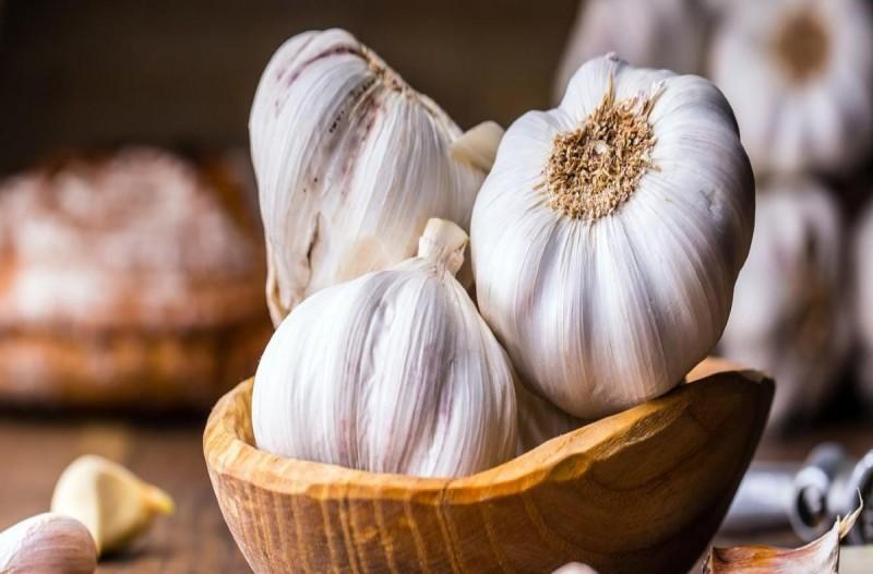 Ποιες ασθένειες γλιτώνεις με ρόφημα γάλα και σκόρδο