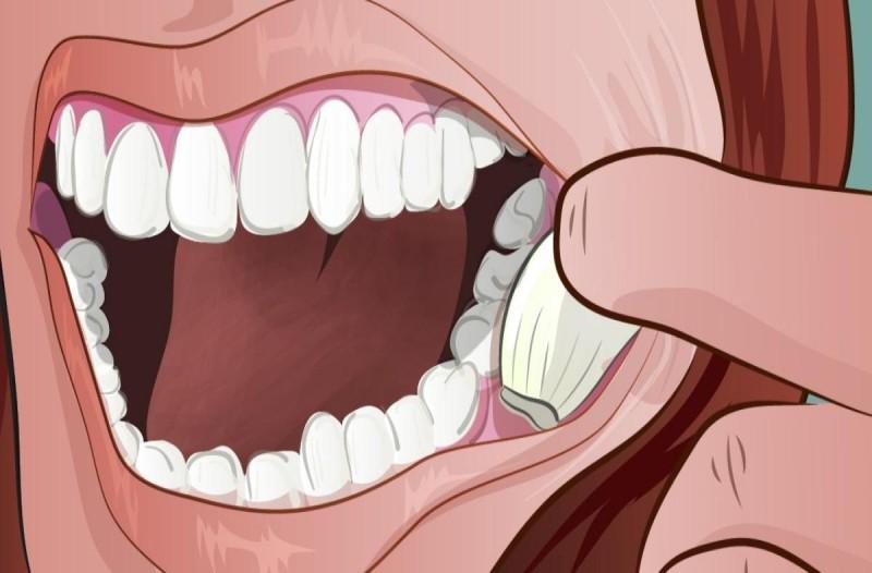 Βάζει μία σκελίδα σκόρδο μέσα στο στόμα της και την...