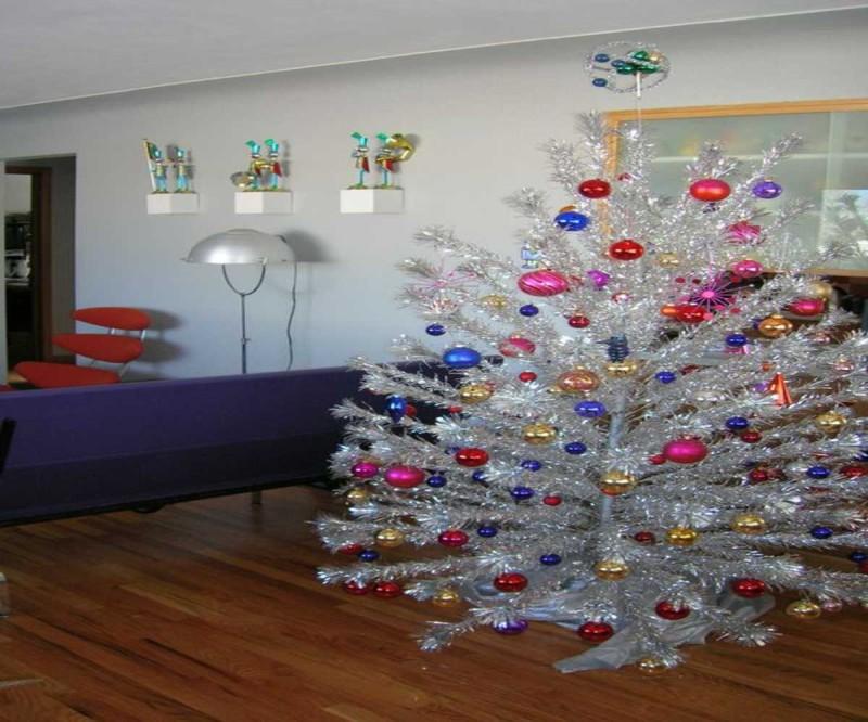 Χριστουγεννιάτικο δέντρο με κόκκινες μπάλες