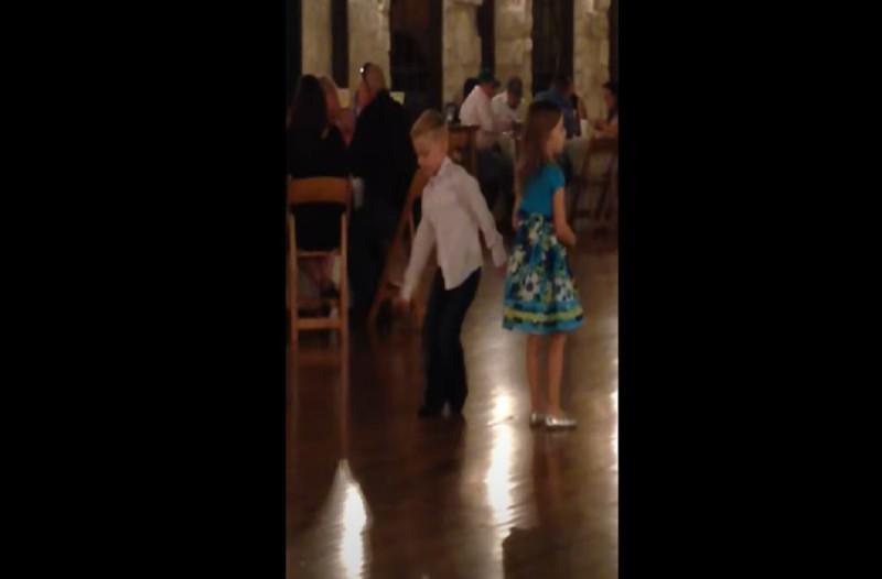 6χρονος χορεύει ζεϊμπέκικο και «κλέβει» την παράσταση από γαμπρό και νύφη - Το βίντεο με τις 880.229 προβολές