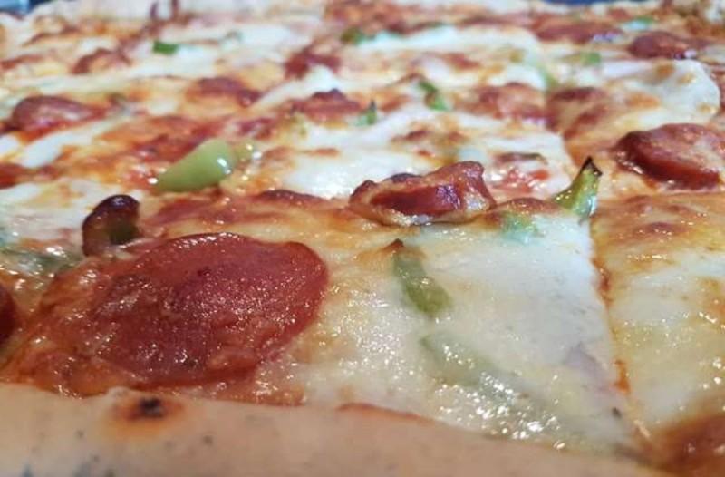 Σπέσιαλ πίτσα με υπέροχη ζύμη, έτοιμη σε 10 λεπτά!