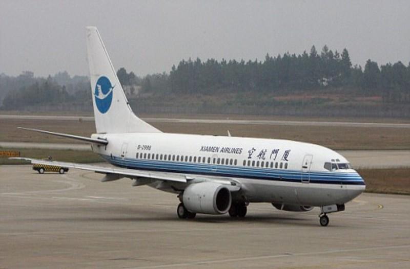 Αεροσυνοδός πέφτει στο έδαφος από την πόρτα αεροπλάνου