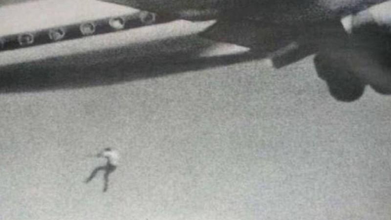 Κάμερα καταγράφει άνδρα να πέφτει από αεροπλάνο: Η τραγική ιστορία του 14χρονου λαθρεπιβάτη!