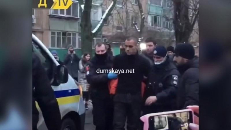 Φρικιαστικό έγκλημα στην Ουκρανία: 30χρονος κυκλοφορούσε γυμνός στους δρόμους με το κομμένο κεφάλι του πατέρα του!