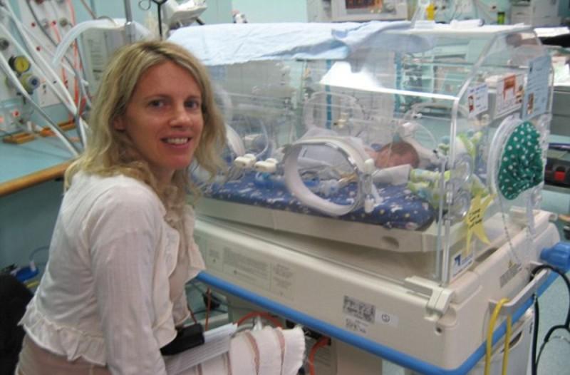 Μητέρα με το μωράκι της στην θερμοκοιτίδα