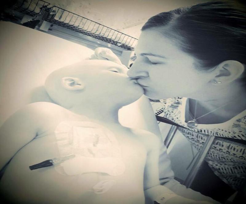 Μάνα αποχαιρετά το γιο της που έχει καρκίνο