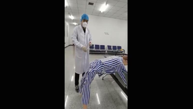 Έτσι γίνεται το νέο πρωκτικό τεστ για τον κορωνοϊό - Προσοχή σκληρές εικόνες! (Video)