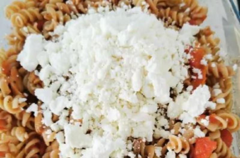 συνταγή με μακαρόνια με φέτα και ντομάτα