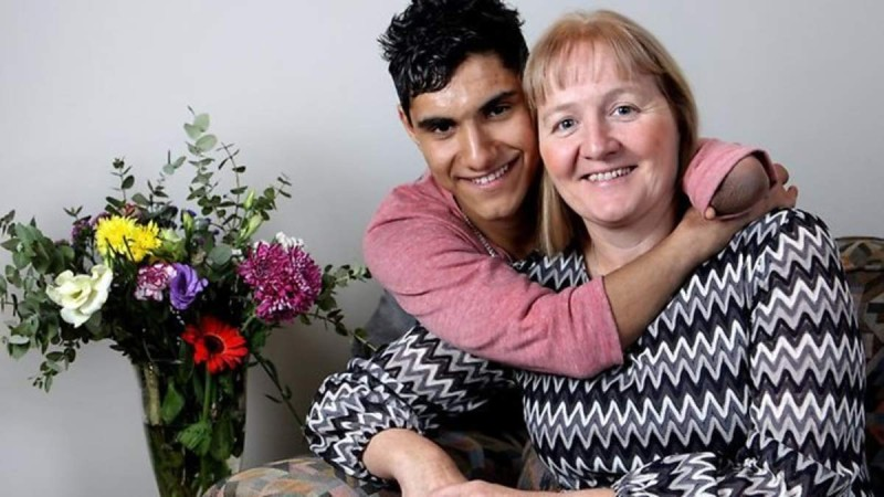 Μαμά εγκατέλειψε το μωρό της σε ένα κουτί παπουτσιών - 17 χρόνια μετά το μωρό της συγκίνησε τον κόσμο