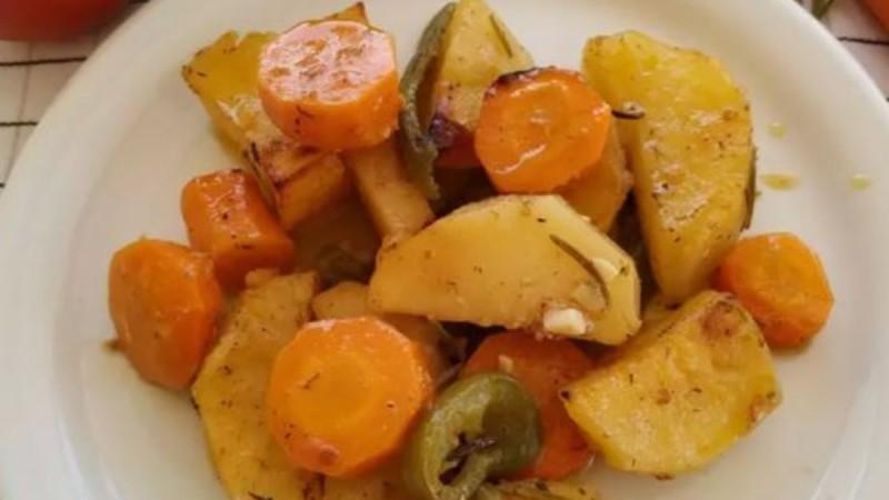Μελωμένες πατάτες με καρότα στο φούρνο