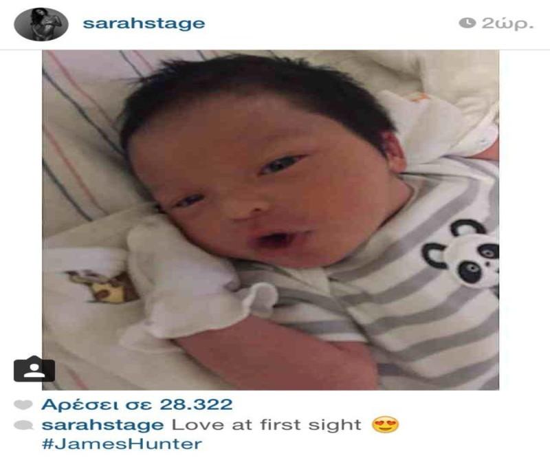 Η κούκλα έγκυος με τους κοιλιακούς ακόμα και στον 9ο μήνα μας δείχνει το μωράκι της