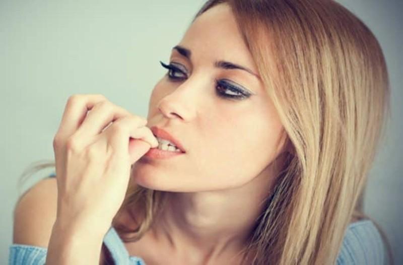 Δείτε τι αποκαλύπτει για την ψυχολογία σας το φάγωμα των νυχιών σας