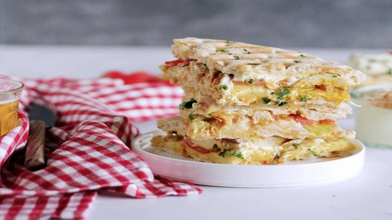 Λαχταριστή σκεπαστή πίτα με κοτόπουλο και τυρί