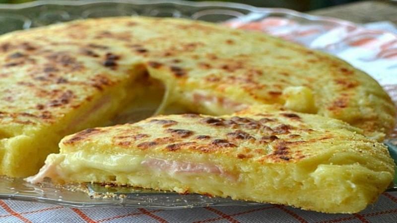 Πίτσα στο τηγάνι με ζύμη πατάτας, ζαμπόν και τυρί