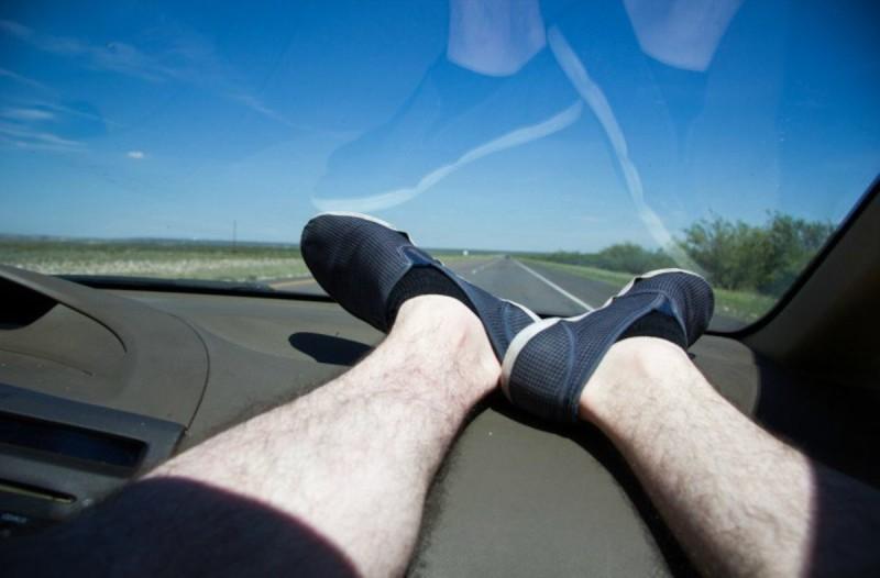 Μην απλώνετε ποτέ τα πόδια σας στο ταμπλό του αυτοκινήτου