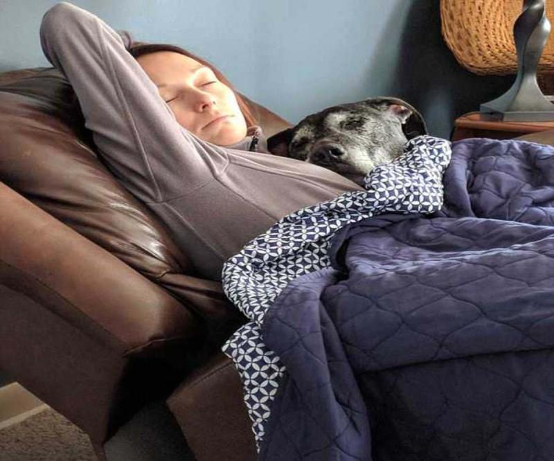Γυκαίνα με τον σκύλο της που πάσχει από καρκίνο