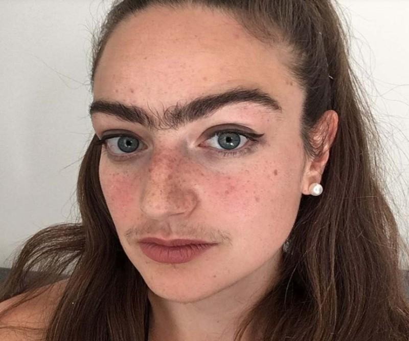 Δασκάλα αρνείται να βγάλει το μουστάκι και τα φρύδια της